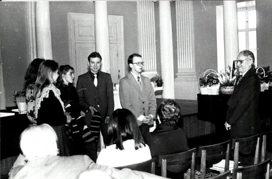 Juubilari õnnitleb üliõpilaste keelering (1987)