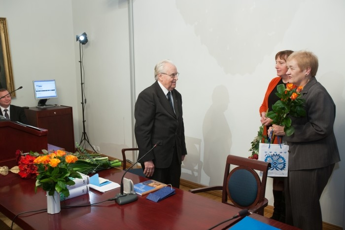 Helle Metslang ja Reili Argus juubilari õnnitlemas (2012)