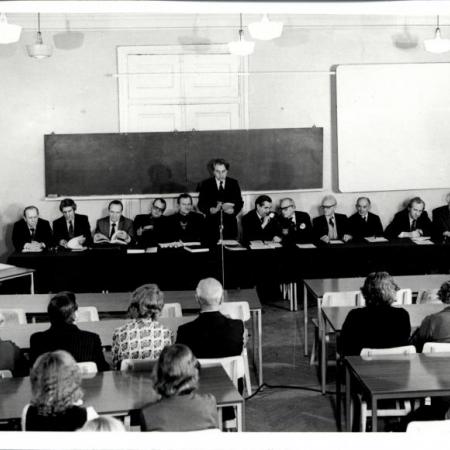 Jüri Valge kaitseb kandidaadikraadi filoloogiateaduskonna nõukogu ees. Nõukogu juhatab Huno Rätsep (1981)
