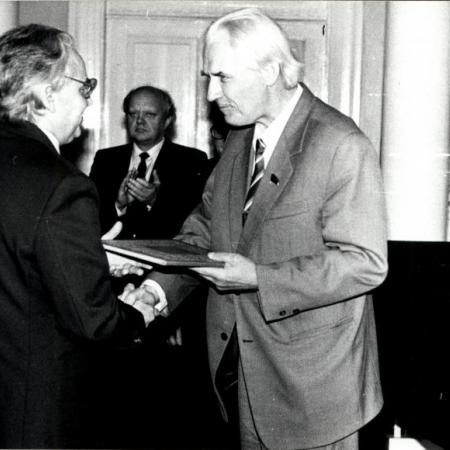 Rektor Arnold Koop Huno Rätsepat õnnitlemas (1987)
