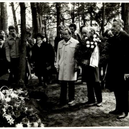 Villem Ernitsa matusel Emakeele Seltsi nimel pärga panemas. Huno Rätsep, Arnold Kask, Heino Ahven. (1982)